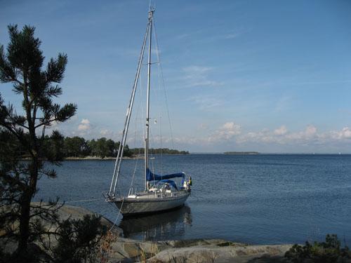På Mörtö-Bunsö fick vi en egen liten vik där vi ägnade oss åt en del båtpyssel.