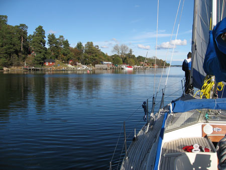 Vi seglade på bara genuan, och vi gick öster om Runmarö.