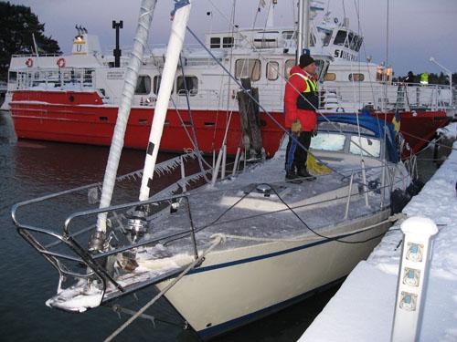 Framme vid Utö. Båten blev glaserad av is så det var lite halt på däck.
