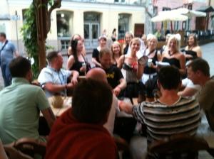 Det vimlade av möhippor och svensexor i Tallin. Här ett mö-gäng som hittat killarna vid bordet bredvid.