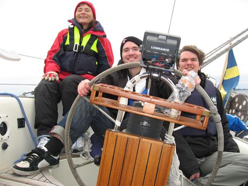 Vi seglade en frisk halvvind på focken och fullt storsegel. Det lutade en del, men Anders rattade fint.