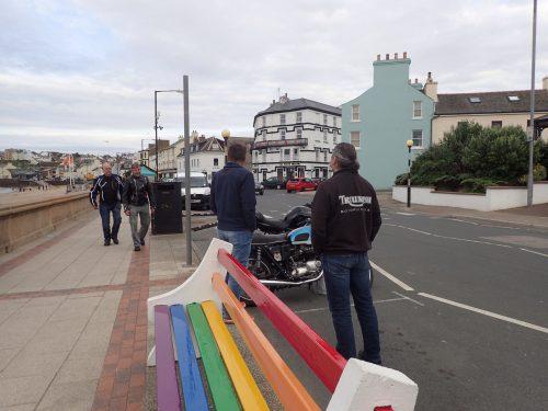 Roger spanade in Triumph-hojar så snart vi gått i land i Peel. Av gubbarna som ägde dem fick vi tips om roadracingtävlingarna i Castletown..