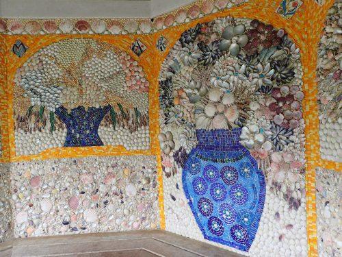 Abbey garden, ett gammalt lusthus med mosaikväggar av snäckor.