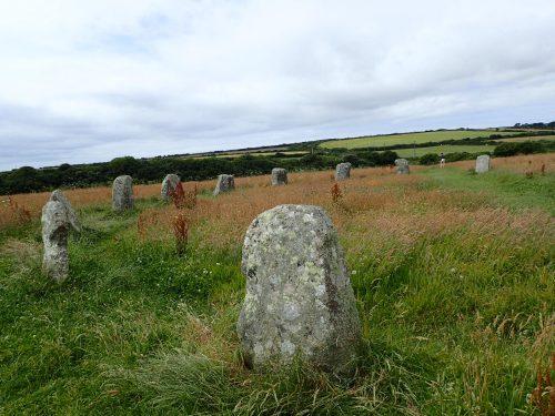 En flera tusen år gammal stensättning, Merry Maidens. Enligt sägnen var det flickor som dansat till spelemannens pipa (spelemannen var en stor ensam sten på en äng bredvid) och förstenats.