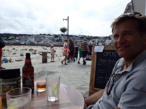 St Ives, vi väntar på lunchen, vin- och gräddkokta musslor och smoked haddock tarte. Det var mumsigt!
