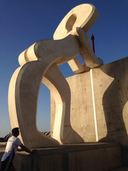 Stretching vid statyn ytterst på ena piren.