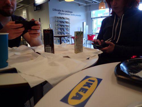 Tillslut hittade vi fram till IKEA där vi kunde köpa sill och prinskorv, och äta korv med bröd och köttbullar.