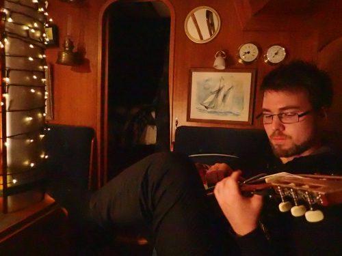 Anders testade lilla resegitarren och delade med sig av ackordkunskap. Så nu går det att treva sig hjälpligt fram på ett par låtar 🎶för Eva.