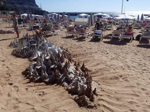På Mogans strand byggde en kille upp den här sandskulpturen med jämna mellanrum. På kvällen lyste ljus så fint i de små sandhusen.