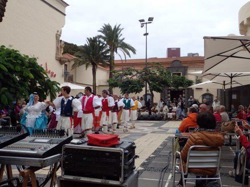 Och varje söndag är det uppträdande med folkmusik och dans i stan.