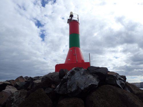 Vid Las Palmas hamninlopp står det här sjömärket som vi inte sett förut, det är både rött och grönt. Men vi kom underfund med att det borde betyda en grön markering för oss småbåtar som ska vika av in i marinan, och fortsatt rött för lastfartygen som ska vidare in i hamnen. Las Palmas är en stor hamn - skönt att angöra i dagsljus!
