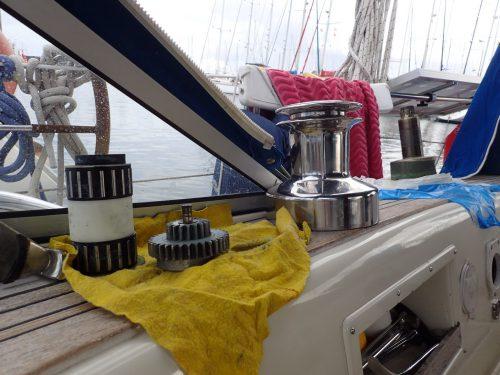 Båtunderhållet tar sin lilla tid - rengöring och smörjning av en vinsch var ett dagsjobb.