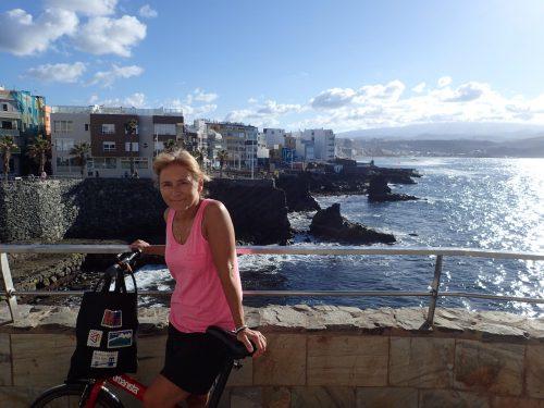 Cykeltur längs Las Palmas västra sida. I bakgrunden syns Las Canteras, stranden dit turistresorna från Sverige började gå nån gång på 60-talet.